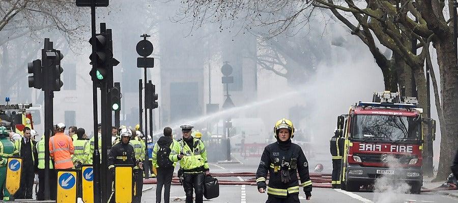 Efectivos de los bomberos luchan contra el fuego en Londres