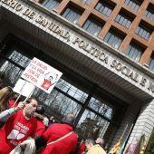 Integrantes de la plataforma de afectados por la Hepatitis C protestan ante el ministerio de Sanidad