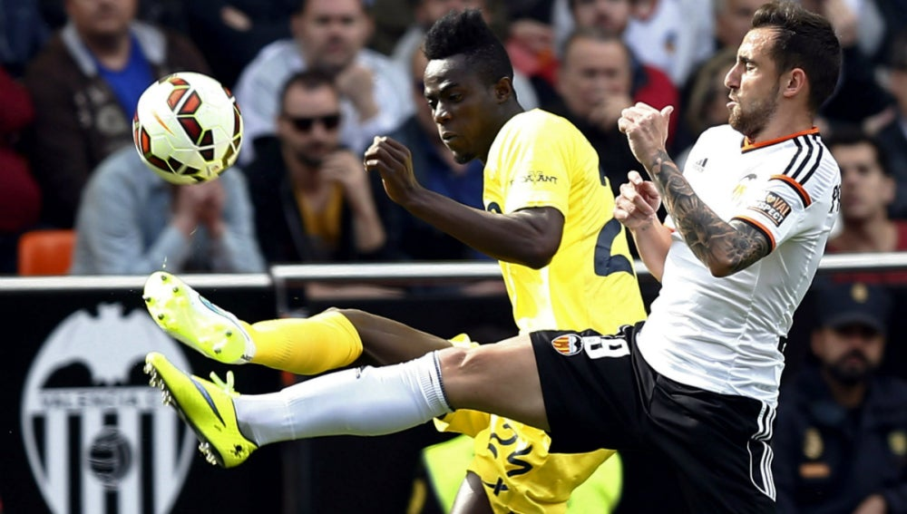 Bailly lucha un balón con Alcácer