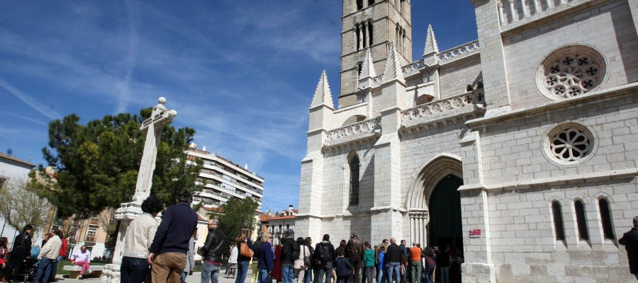 Cola de gente esperando para entrar en la la iglesia de La Antigua en Valladolid en Jueves Santo