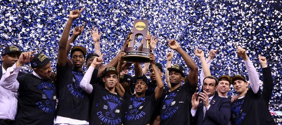 Los jugadores y el entrenador de Duke celebran la victoria en la final de la NCAA