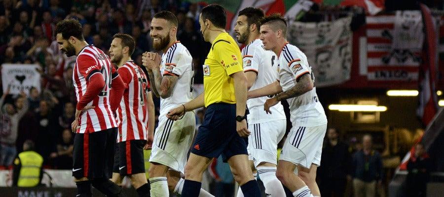 Los jugadores del Valencia protestan una acción ante el colegiado
