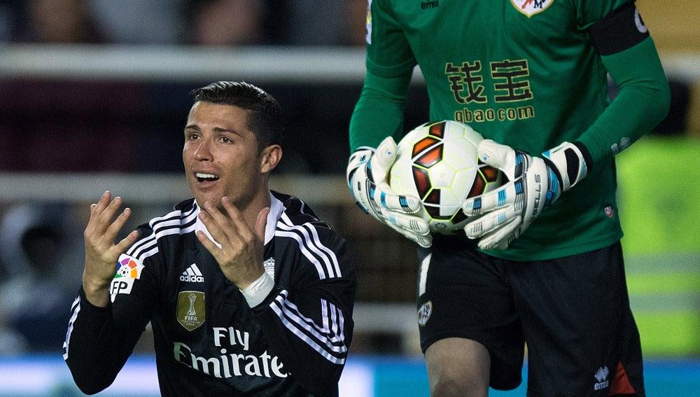 Cristiano Ronaldo se queja tras ser amonestado en Vallecas
