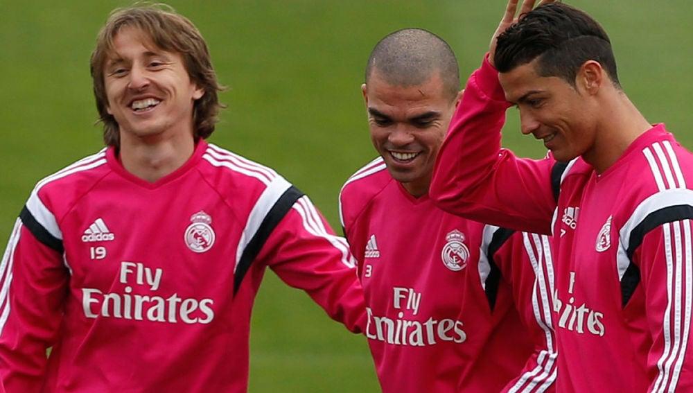 Cristiano bromea con Pepe y Modric en Valdebebas