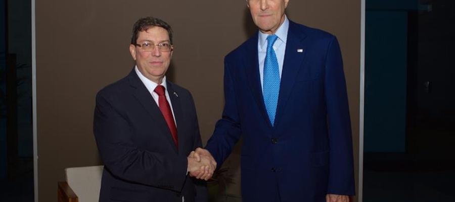 El secretario de Estado de Estados Unidos, John Kerry, y el canciller cubano, Bruno Rodríguez