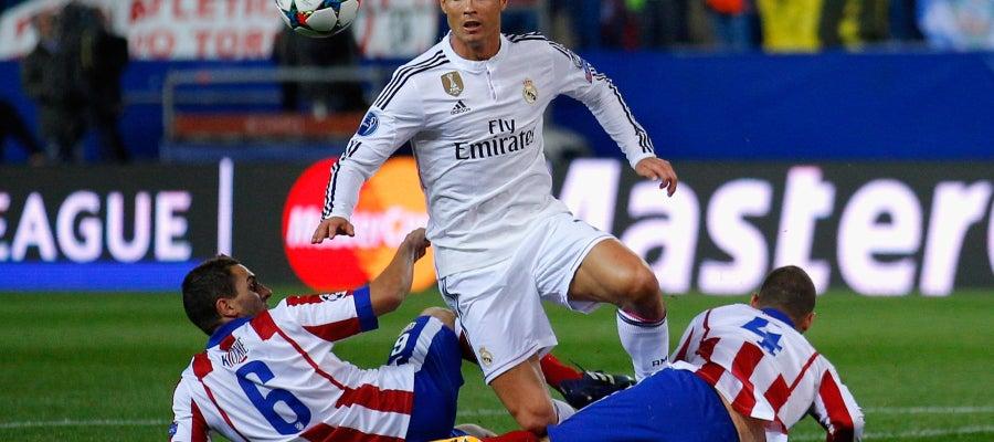 Cristiano Ronaldo ante Koke y Mario Suárez