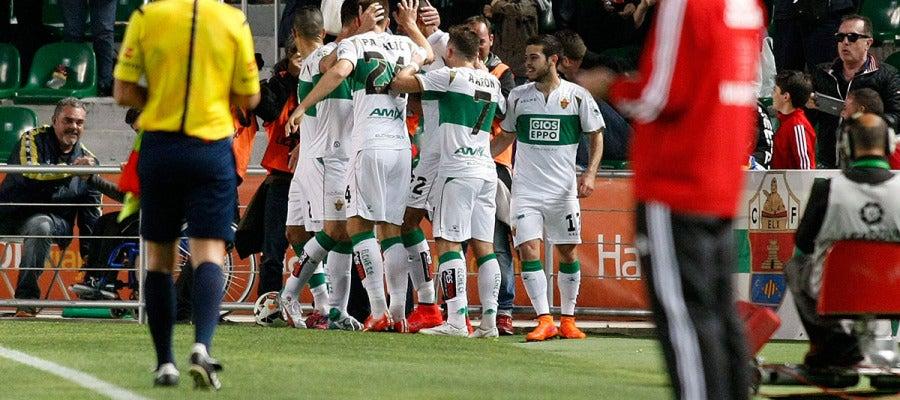 Los jugadores del Elche celebran el gol ante la Real Sociedad