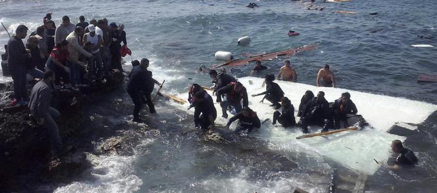 Inmigrantes indocumentados llegan a la playa de Zefyros en Rodas