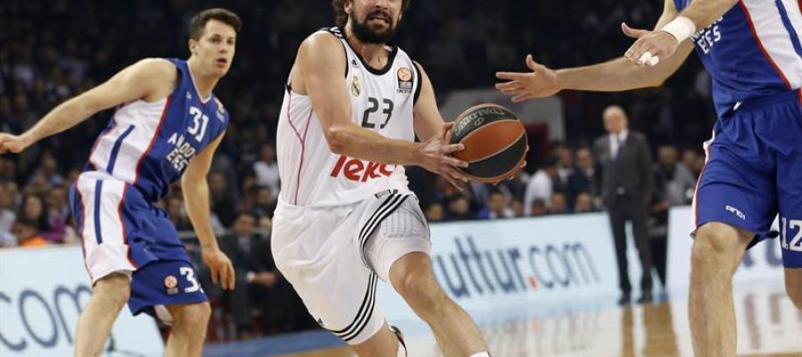 Sergio Llull disputa la bola ante Nenad Krstic