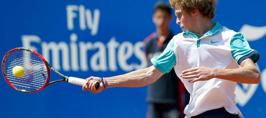 Andrey Rublev devuelve una pelota ante Fernando Verdasco