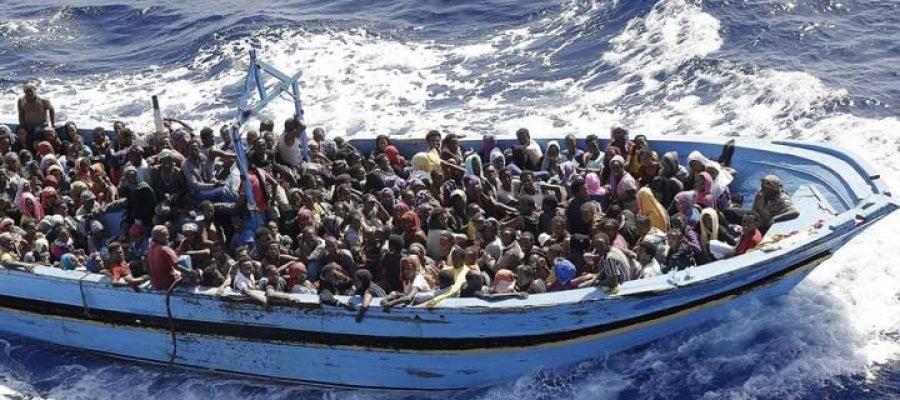 Un patera cargada de inmigrantes navega por el Mediterráneo