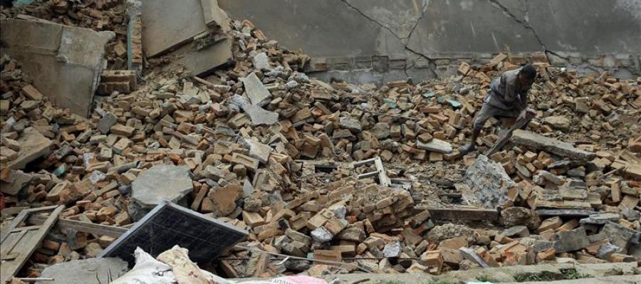 Un hombre busca entre los escombros de su hogar destruído tras el seísmo