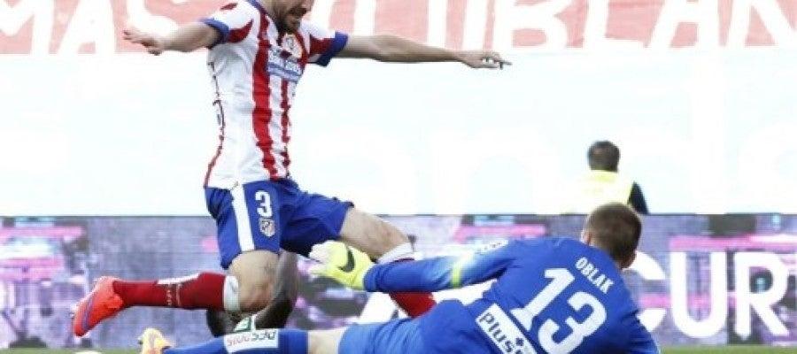 Siqueira y el portero esloveno Jan Oblak frustran la acción del delantero Iñaki Williams