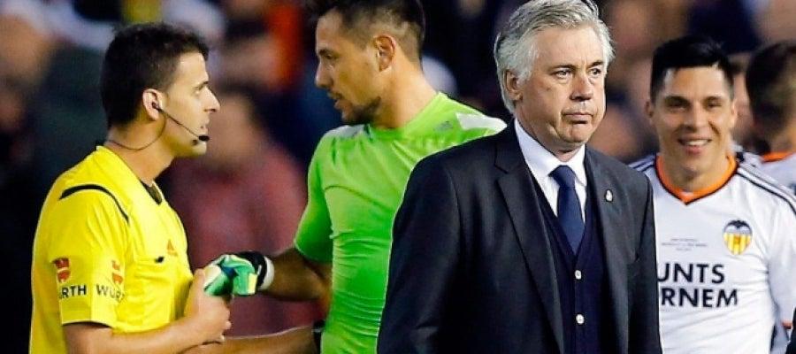 Ancelotti, con gesto serio tras la derrota en Mestalla