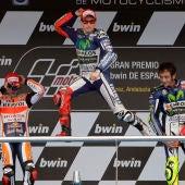 Jorge Lorenzo, en lo alto del podium de Jerez junto a Márquez y Rossi