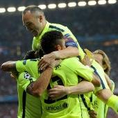 El Barcelona celebra el tanto de Neymar ante El Bayern