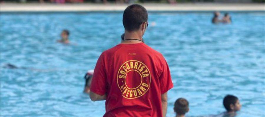 Socorrista vigilando una piscina