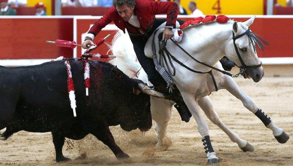 El rejoneador Pablo Hermoso de Mendoza, en su primer toro , en la plaza de toros de Pamplona.