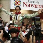 El torero Paco Ureña sale a hombros por la puerta grande de la Plaza de Toros de Pamplona