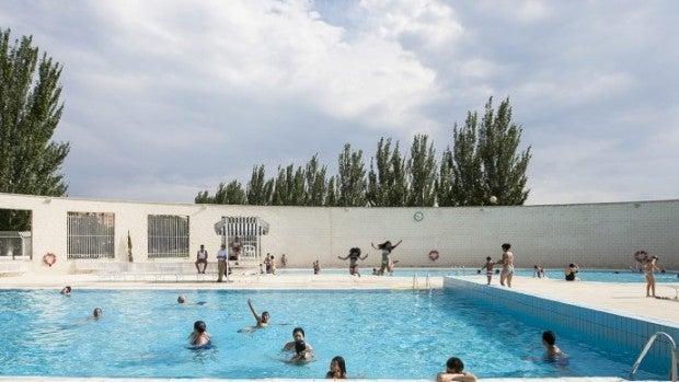 Niños se bañan en una piscina.