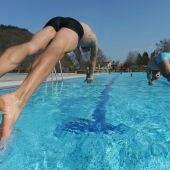 Ciudadanos bañándose en una piscina pública