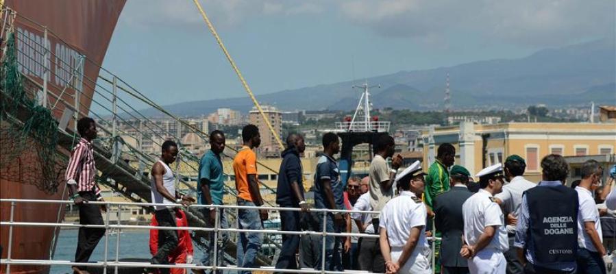 Inmigrantes desembarcan en el puerto de Catania, Sicilia