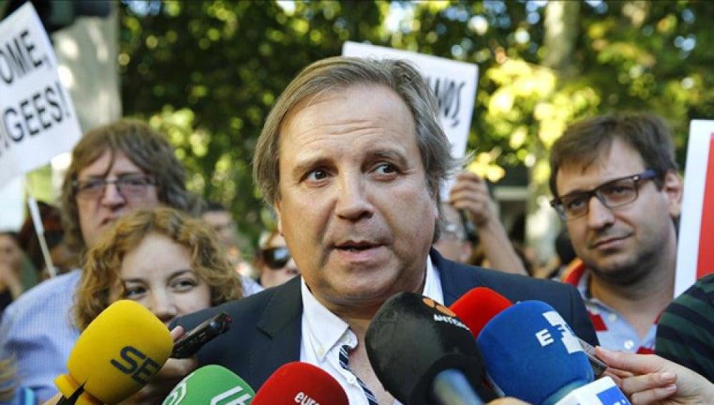 Antonio Miguel Carmona habla con los periodistas (Archivo)