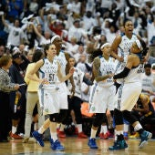 Anna Cruz celebra con sus compañeras la victoria