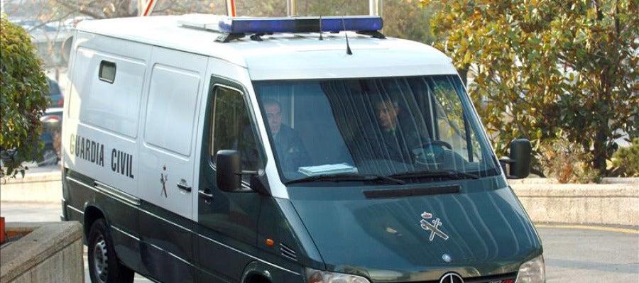 Detenido tesorero de CDC y registran sede por presunto cobro de comisiones Una furgoneta de la Guardia Civil.