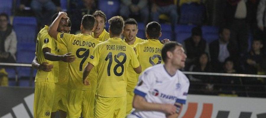 Los jugadores del Villarreal celebran el gol de Bakambu