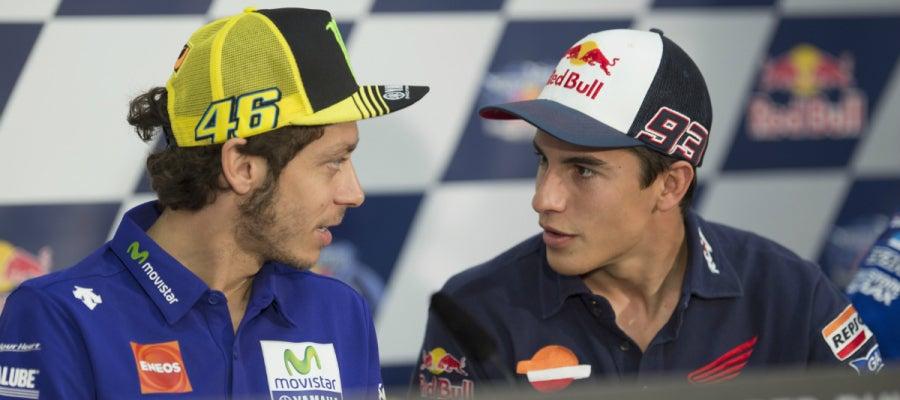 Valentino Rossi dialoga con Marc Márquez