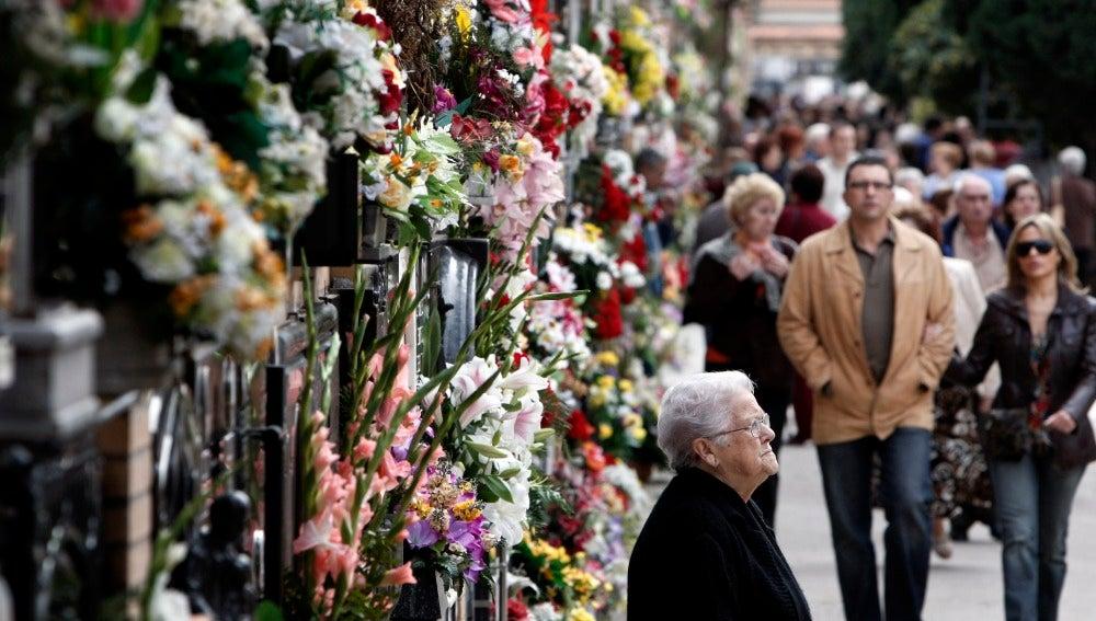 En España los cementerios se llenan de flores