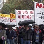 Manifestantes participan en una protesta durante una huelga general de 24 horas convocada en Atena