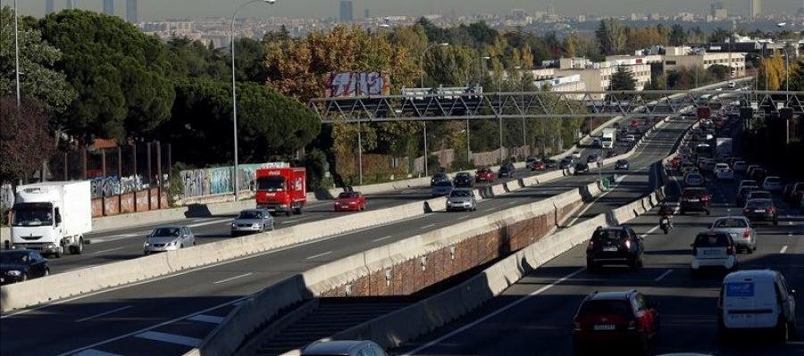 Diversos vehículos circulan por la carretera de la Coruña, en sentido entrada a la capital