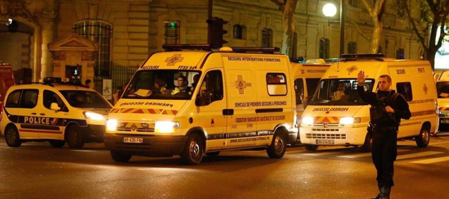 Varias ambulancias transportan a varios heridos en París.