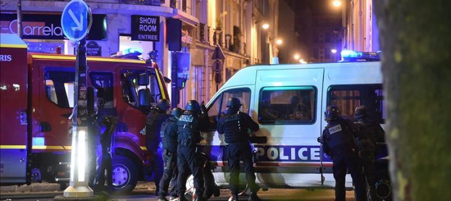 Policía y bomberos en la zona de la sala Bataclan en París