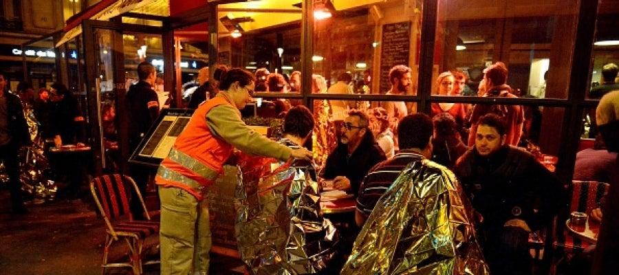 Equipos sanitarios atienden a los supervivientes al tiroteo en París