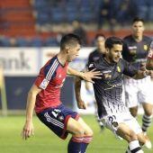 Jugadores de Osasuna y Mallorca disputan el balón