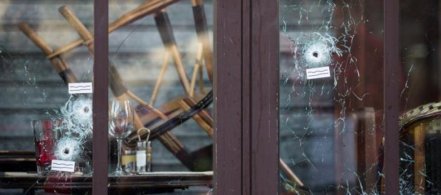 Vista de los agujeros de bala provocados tras los disparos en el Café Bonne Biere en París