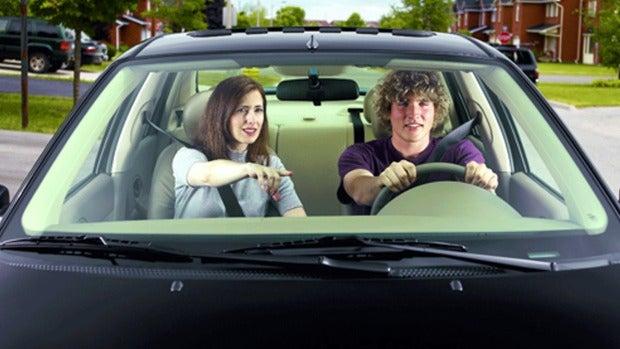 Poner música, maquillarse...cosas que hacen los oyentes cuando van de copilotos en el coche
