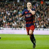 Andrés Iniesta celebra su gol frente al Real Madrid, con los madridistas abatidos