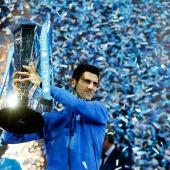 Novak Djokovic, con el trofeo del Masters de Londres