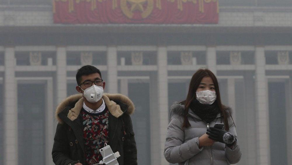 Ciudadanos chinos con mascarilla por la contaminación