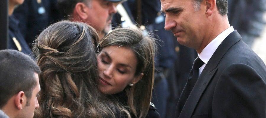 Los Reyes consuelan a las familias de los policías fallecidos en Kabul