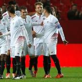Los jugadores del Sevilla celebran un gol ante el Logroñes