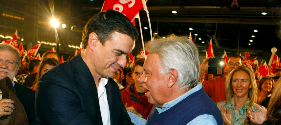 Pedro Sánchez y Felipe González durante un acto en Badajoz