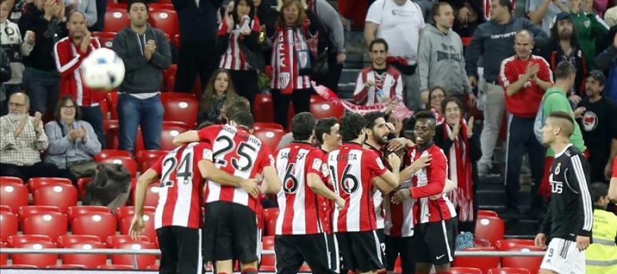 Los jugadores del Athletic celebran un gol ante la Balompédica Linense en Copa