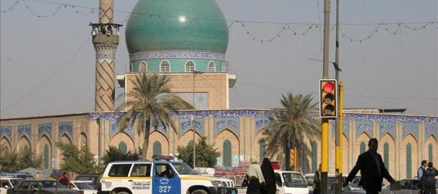 Policía iraquí bloquea la entrada al mercado de la zona de Al Sinik, en Bagdad