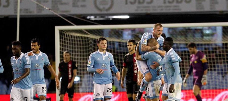 Los jugadores del Celta celebran la victoria del equipo gallego