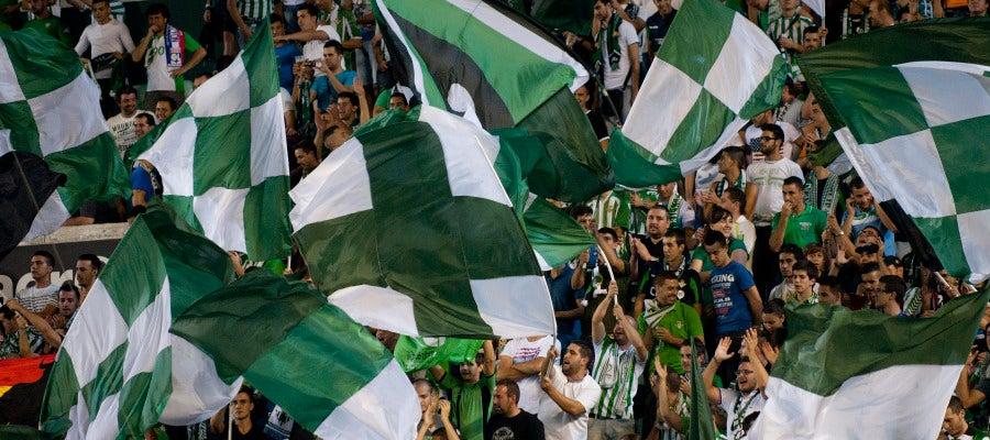 Aficionados del Betis animan al equipo en el Benito Villamarín